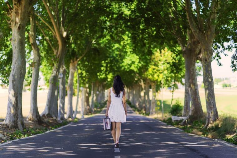 1人歩く女性