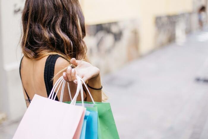 女性パリショッピング